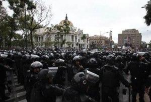 Policía antimotines se alista para ingresar al Zócalo. Foto: tomada de Revolución Tres Punto Cero.