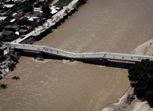 El puente de Coyuca de Benítez se colapsó tras el paso de la tormenta Manuel, que junto al huracán Ingrid, en el Golfo de México, han dejado más de 80 muertos en todo el país XINHUA